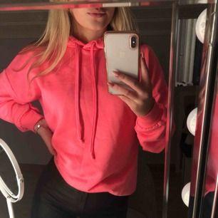 Skitsnygg neon rosa hoodie!!!!! Original pris: 275kr. Inköpt i somras. Använd 5 ggr. Möts upp i Sthlm elr fraktar 🥰🥰🥰