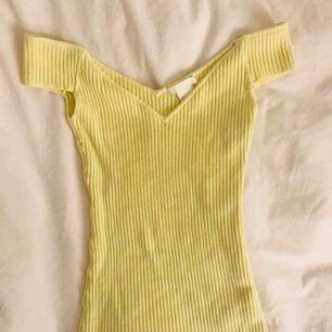 GAALET snygg ribbad, ljusgul, offshoulder tröja från HM. Aldrig använd, endast tvättad en gång därav är lappen borttagen. Säljs pga att jag har för många tröjor som inte används. Nypris 299kr