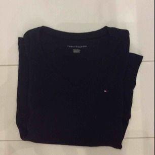 Jättefina tröjor från Tommy hilfiger, tyvärr för stora så därför aldrig använda. Skulle säga attdem passar S ungefär
