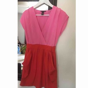 Klänning i nyskick (använts endast ett fåtal gånger). Köpt på H&M.