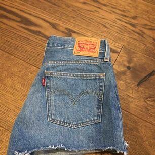 Oanvända Levis shorts.  Blåa shorts med knappar som stängning vid gylfen. Köparen tar hand om frakt.