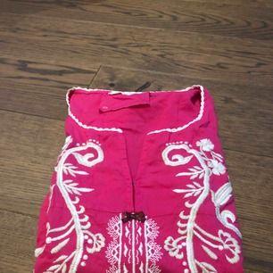 Mörkrosa oddmollyklänning i storlek 0.  Klänningen är använda 1-2 gånger, alltså mycket bra skick.  Köparen tar hand om frakt.