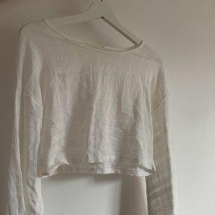 Vit croppad långärmad tröja från chiquelle. Aldrig använd. Frakt tillkommer💕