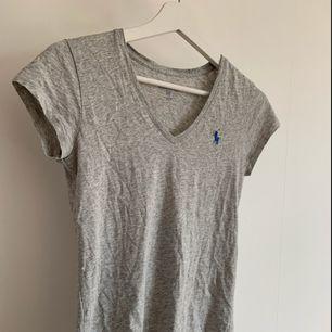 Grå Ralph lauren t-shirt med blått märke. Frakt tillkommer💕