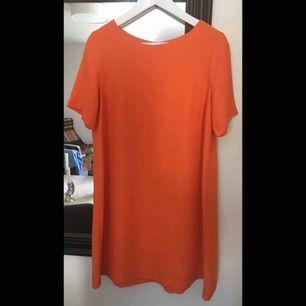 Fin klänning i utsvängd modell, använd endast en gång.