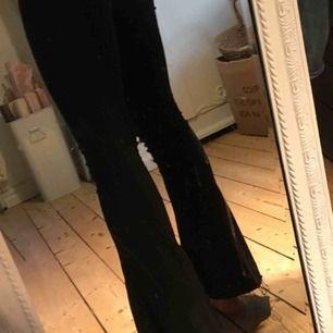 Knappt använda svarta bootcut jeans från Gina. Är 166 lång och dem är några cm för korta.