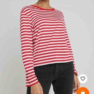En randig tröja från Monki. Säljer då den har blivit för stor på mig. ❤️ Kan mötas upp i Stockholm, annars betalar köparen för frakten. ❤️