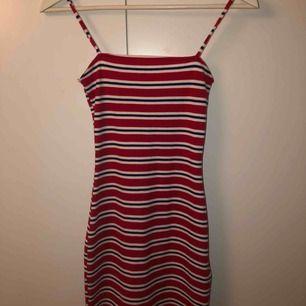 Jättesnygg klänning från H&M. Med en åtsittande passform! Aldrig använd endast testad✨ Köparen står för frakt