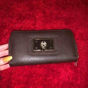 En rymlig brun plånbok med guld detaljer. Frakt kan diskuteras