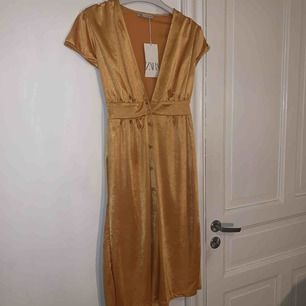 Gul/Guldig klänning