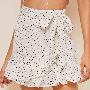 Säljer denhär super söta kjolen ifrån Shein med volanger och snörning i sidan. Använd 2-3 gånger. Kan mötas upp i Stockholm annars står köparen för frakten