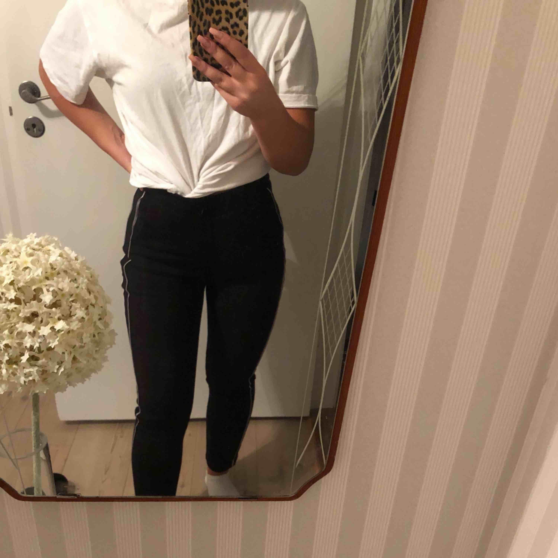 Svarta kostymbyxor med vita detaljer, använda 1 gång Frakt tillkommer. Jeans & Byxor.