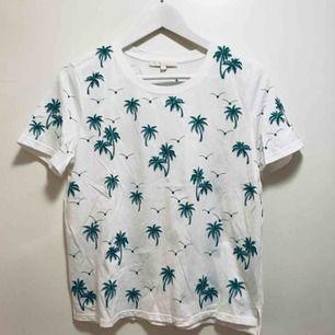 Knappt använd t-shirt från Maje. Köpt i deras butik i Spanien. Dyrt märkesplagg i nyskick!