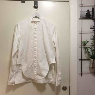 Supercool skjorta från H&M studio AW17. Knappt använd då den tyvärr är förliten för mig. Stretchig i tyget och sjukt snygga detaljer