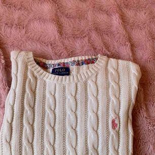 En snygg Ralph laurens tröja.Knappt använd.Såååå snygg till allt! Nybpris:1300 säljs för:300