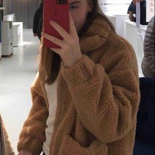 Teddybjörn jacka från I.AM.GIA köpt förra hösten för ca 900kr direkt från deras hemsida. Jackan är en oversized modell för någon i storlek s och ca 165-170cm lång. Kan möta upp i Stockholm då jackan är stor och kommer kosta en del att frakta.