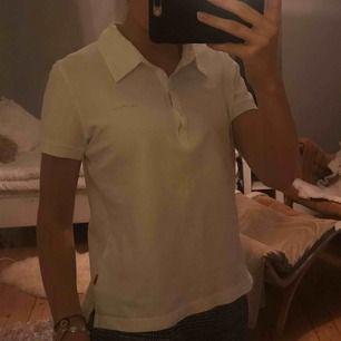 Skön piké-tröja. Storleken är 3 men passar mig som har XS/S. Frakt är inte inräknat i priset :)