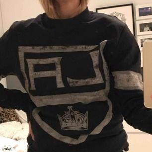 Svart LA Kings sweatshirt. Nästan aldrig  använd. frakt tillkommer.