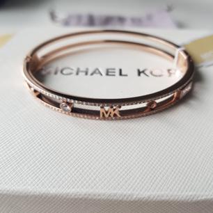 Ett helt nytt armband från Michael Kors i rosé guld (original).  Du får med förpackningen, en mocka påse samt en plast påse (alltså allt som ingick).