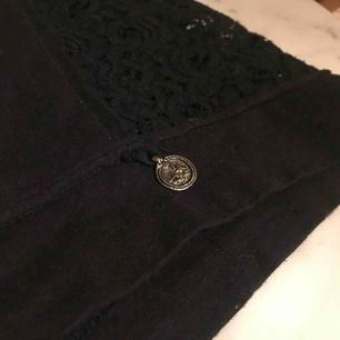 Superfin lite kortare tröja från Ajlajk! Spets i ryggen och på sidorna! Skick 10/10! Frakt ej inräknat!