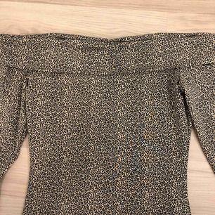 Långärmad off-shoulder tröja med småblommor på! Säljer då den inte kommer till användning🌟eventuell frakt står köparen för🥰
