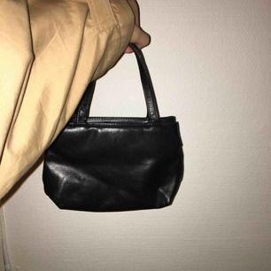 skitgulli liten skinnväska som är lätt att bära med sig med plats för det nödvändigaste