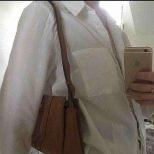 asnajs liten brun väska, en aning luggsliten men funkar bra ändå. rätt rymlig