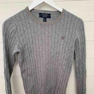 GANT Stretch Cotton Cable Crew tröja GRÅ. Nypris 1299kr, använd ca 4-5 gånger. Är i väldigt fint skick! Köptes för ungefär 3 år sedan.