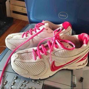 Nike run. Rosa Och vit. I mycket bra skick. Passade mig aldrig.