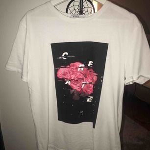 T-shirt ifrån na-kd som är väldigt stor i storleken så den passar de flesta storlekar, beror ju på hur man vill att den ska sitta.