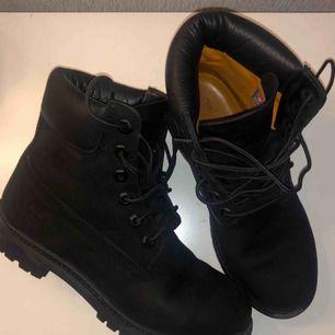 Timberland Premium 6 i svart färg, storlek 38/38,5. Vattentäta och perfekta till vintern. Använda ca 5 gånger, de är i nyskick. Köpta från Nilson Shoes.  Nypris: 1 999:-   Finns att hämta upp i Malmö. Pris kan diskuteras vid snabbt köp!