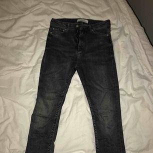 Mörkgråa, tighta, högmidjade jeans ifrån Zara. Använda endast 1 gång. Stl. S😊