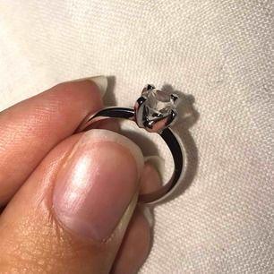 Fin liten ring. Vet inte exakt storlek men jag har ringar från bl.a. H&M och i deras har jag storlek M, denna passar inte riktigt mig så skulle säga en liiiten M eller en stor S på denna :)