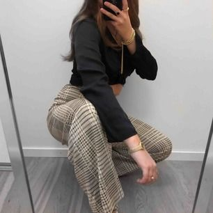 As coola byxor i stretch, säljer för använder dem nästan aldrig. Är själv i storlek S/mer mot M✨  (köpta för 399kr)
