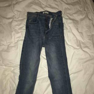 Blåa, högmidjade, tighta jeans ifrån Zara. Använda endast 2 gånger. Stl.36 vilket är S:)