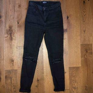 Storlek 34. Svarta jeans (mer påväg åt det gråsvarta hållet) med hål på knäna från Even & odd. Välanvända, men absolut inget fel på