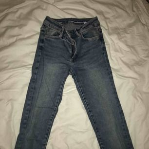 Ljusblåa, tighta, högmidjade jeans ifrån Bik Bok. Fint skick👌🏻Stl. S. Nypriset är 600kr därav priset:)