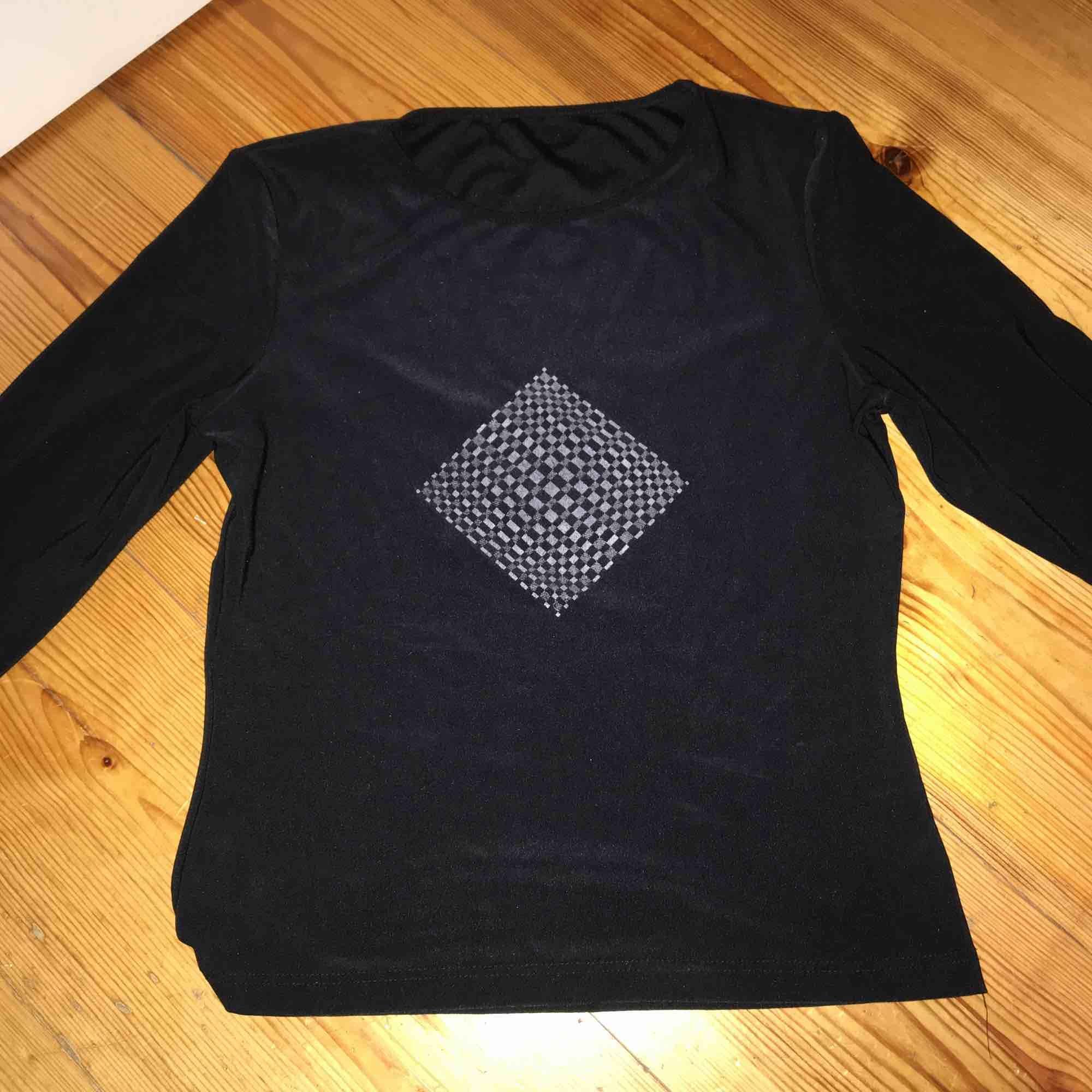 Cool tröja från Humana, kommer tyvärr aldrig till användning. Köparen står för frakt.. Toppar.