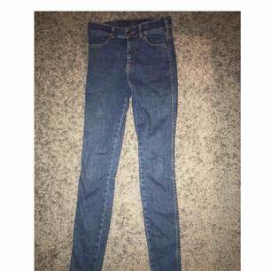 Blåa högmidjade stretchiga drdenim jeans nästan aldrig använda så i mycket bra skick passar båda som XS och S  Säljer pga att dom inte kommer till användning. Frakt: 40  Skriv så kan ni få bild med dom på