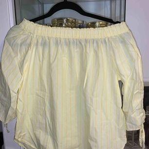 Superfin off-shoulder tröja. Använd ett fåtal gånger, i princip nyskick!