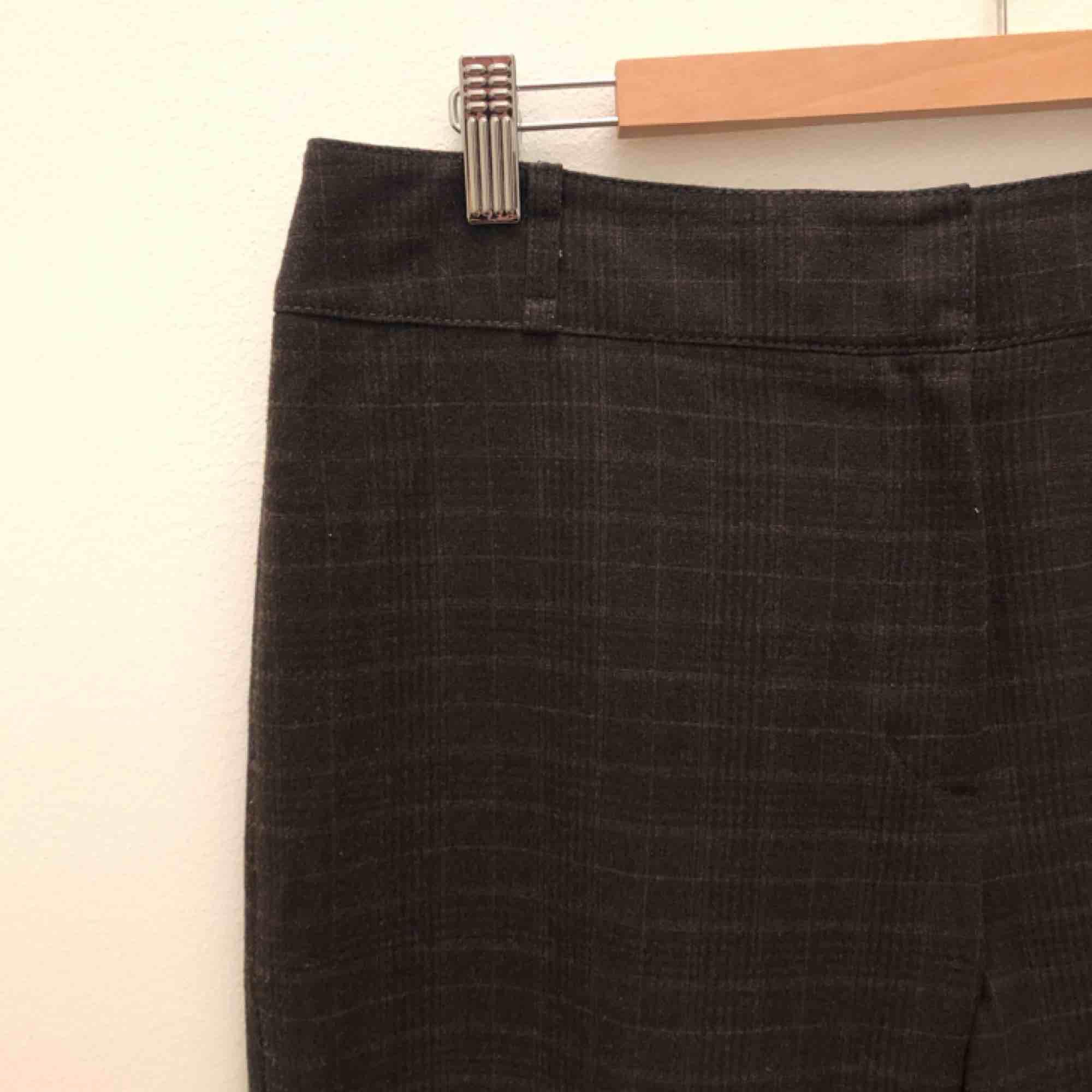 Måste tyvärr sälja mina älskade brunrutiga kostymbyxor, dem är förstora för mig nu. As fina verkligen! Man kan ha dem snyggt med skärp med! Frakten ingår✨💃🏽 . Jeans & Byxor.