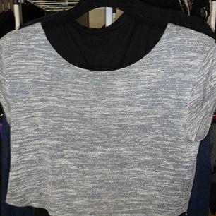 Fin t-shirt med korsad, halvöppen rygg. Finns ej kvar i butik!
