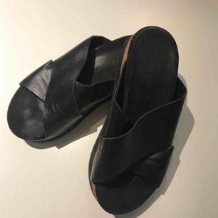 Knappt använda tofflor i läder från Samsoe Samsoe.