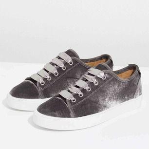 Supersnygga skor från jigsaw, köpta i London för 2000kr. Köparen står för frakt