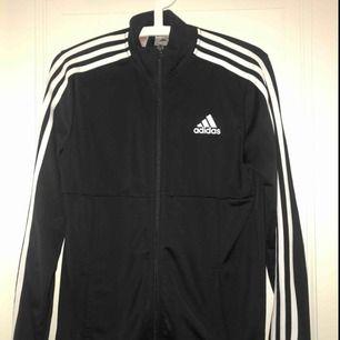 Adidas tröja i storlek S som jag säljer pga att den inte kommer till användning. Frakt: 20kr