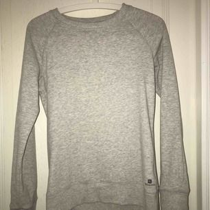 Grå tröja i storlek XS/S använd ett fåtal gånger säljer pga att den inte kommer så mycket till användning. Frakt: 25kr Köpt den utomlands så vet ej vart den kommer ifrån