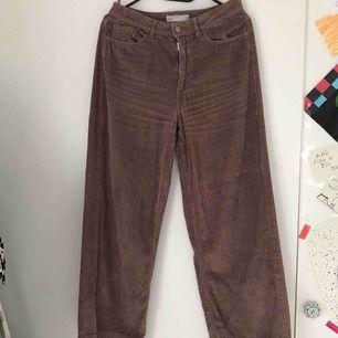 Super sköna byxor från Cubus, det är en rosa/lila färg i dom. Har inte använt dom så mycket o dom är i bra skick💓Köparen får betala frakt.