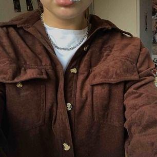 Skjorta i mocka tyg, aldrig använd. Köpt på second hand. Frakt på 30kr!
