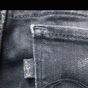 Säljer mina favorit Jeans från Levis med en liten bootcut Priset går att diskutera och köparen står för frakten  Byxorna är storlek 2/26 men skulle säga att de e är en XS