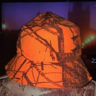 Skit tung Udda Bucket hatt, som ny! Buda på priset går att förhandla vid snabb affär
